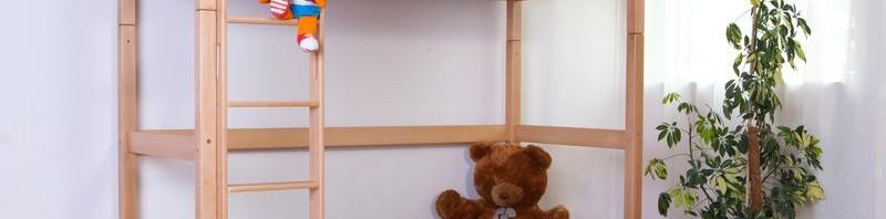 Das Linilou Kinder- Hochbett Toli bietet viel Bewegungsfreiheit unter dem Bett. Hier können ein Schreibtisch oder Regale ihren Platz finden